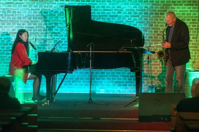 Bei einem Konzert tritt  Michelle SGP aus Singapur  mit dem Saxophonisten Malcolm (Molly) Duncan in der Ev. Christuskirche FlŸren an der Marsstra§e 1in  Wesel-FlŸren  auf.  Foto : Arnulf Stoffel / Funke Foto Services